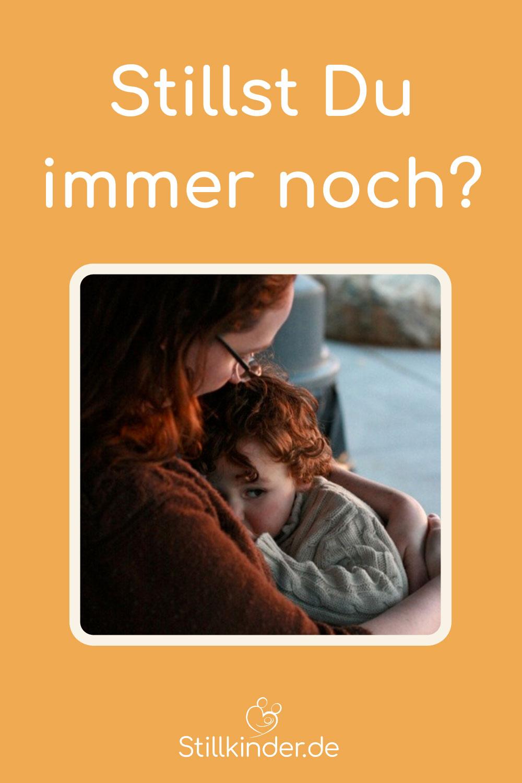 Eine Mutter stillt ihr Kleinkind