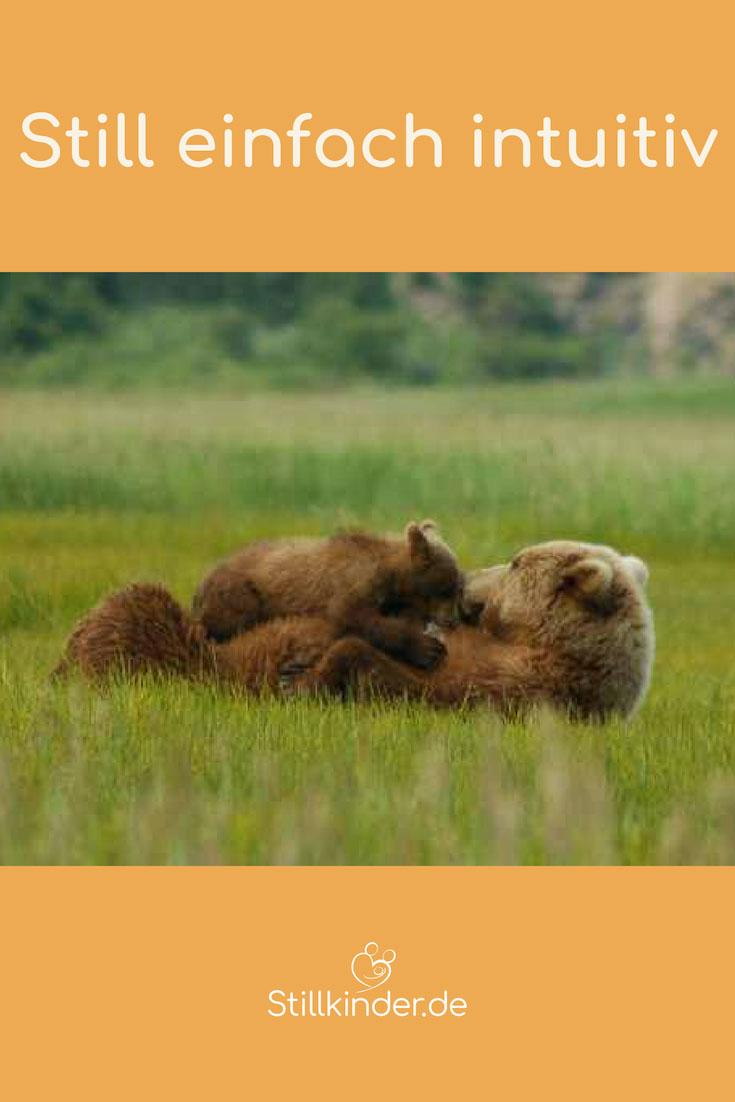 Säugende Bärenmutter mit Bärenjungem auf dem Bauch