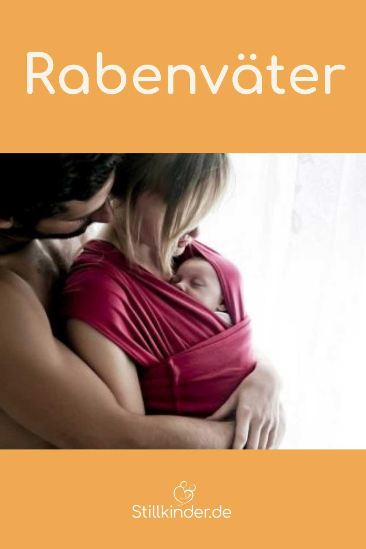 Ein Vater umarmt seine Frau mit dem Baby im Tragetuch