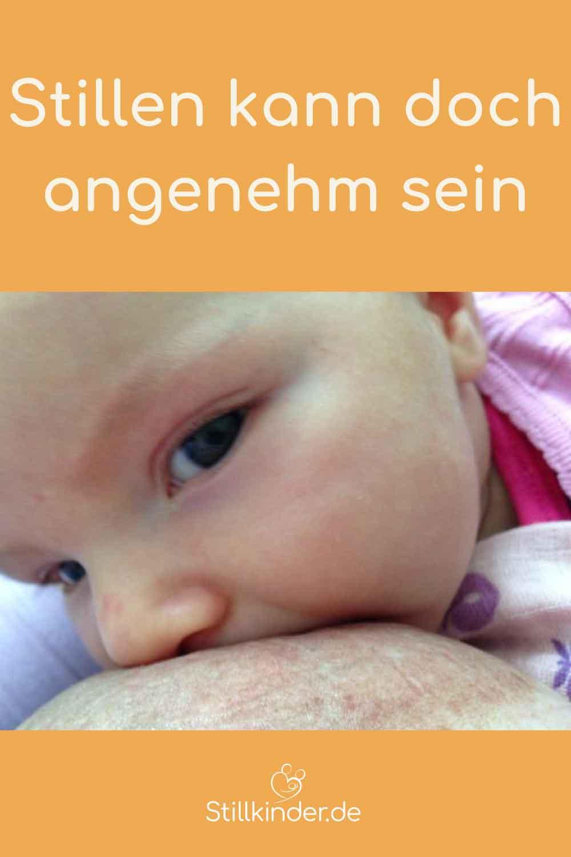 Ein Baby saugt an der Brust