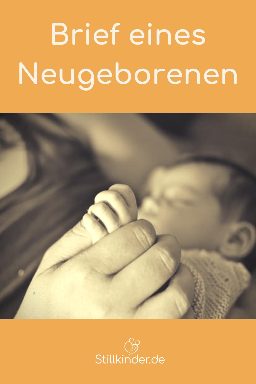 Mama hält die Hand ihres Neugeborenen