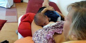 Stillen in entspannt zurückgelehnter Position