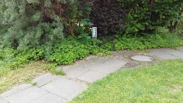 Am Rand des Weges stehen die Hausnummern 2 - 10