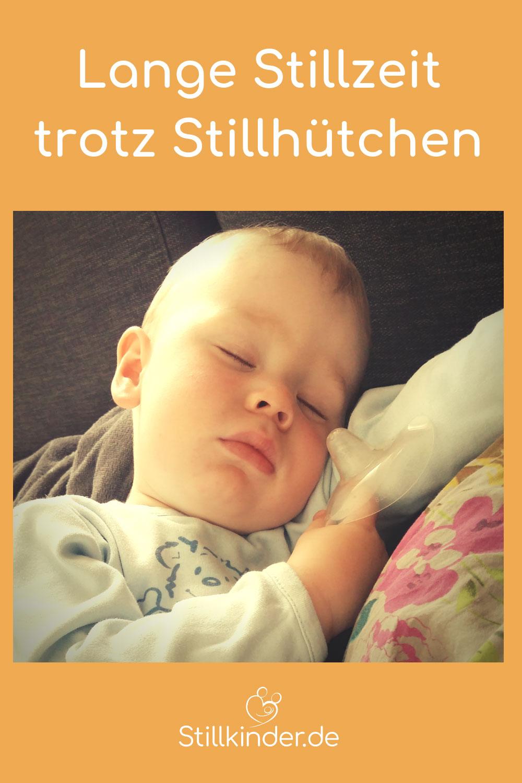 Schlafendes Kind hält Stillhütchen in der Hand
