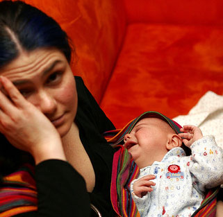 Müde und erschöpfte Mutter mit schreiendem Baby
