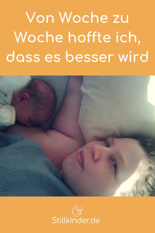 Mutter stillt ihr Neugeborenes im Liegen