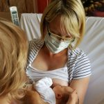 Ein Neugeborenes wird gestillt