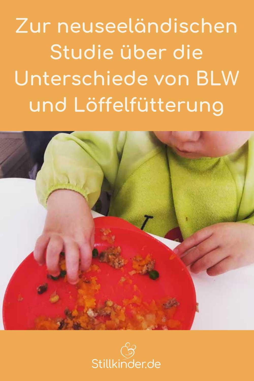 Ein Baby isst selbst