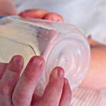 Trinkt ein sattes Baby noch aus der Flasche?