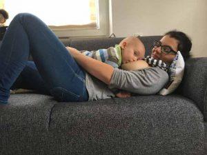 Bäuchlings auf Mamas Bauch